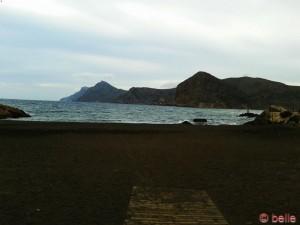 Schwarzer Sand am Strand bei Portman