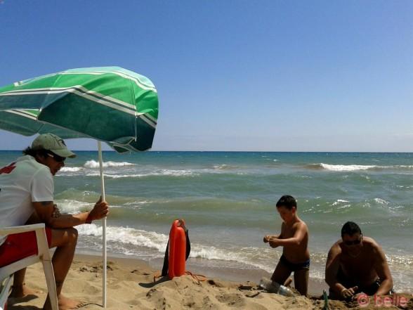 Geschenkt bekommen von dem Herrn, der sich so krampfhaft an dem Sonnenschirm festhält :P War ziemlich stürmisch der Tag damals in Castelldefels, aber fantastisch mit tollen Wellen!