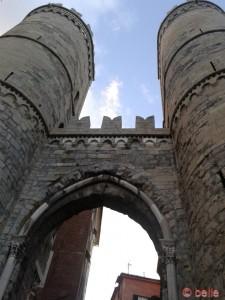 Eines der alten Tore in Genua