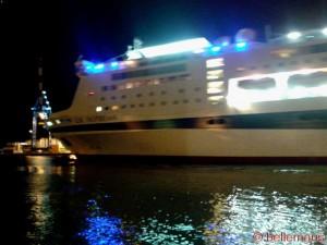 Riesen-Yacht bei Nacht am Porto Antico