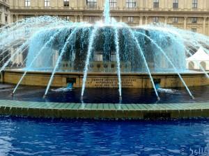 Blaues Wasser im Brunnen am Piazza de Ferrari