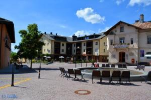 Centrum von Dobbiaco mit Rathaus (links) – Hotel (Mitte) und Touristik-Info (rechts)