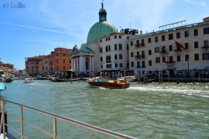 Gerade in Venedig angekommen – nun warten auf den Bus am Canal Grande