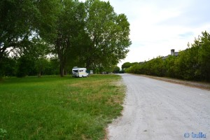 Stellplatz in 47042 Cesenatico – Ansicht zur Strasse (ganz am Ende des Schotterweges) und einem anderen Camper