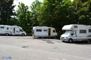 Stellplatz für Camper in San Marino – sogar mit Strom! Eine Area für Frischwasser, Brauchwasser und WC-Cassette gibt es auch in der Nähe (ca. 1,6km weiter unten – gut ausgeschildert.).