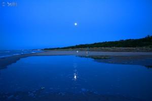 Der Mond spiegelt sich in dem kleinen See bei Termoli