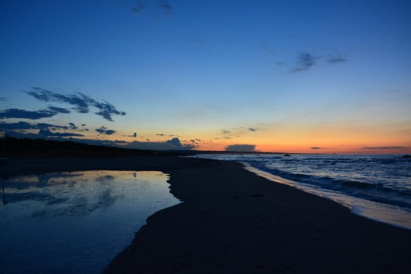 """Sonnenuntergang am Strand von Termoli mit dem kleinen """"See"""", der bei Flut immer gefüllt wird. Die Sonne war allerdings schon untergegangen gewesen – wir waren etwas zu spät :/"""