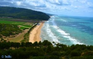 Beach between Rodi Garganico and Peschici – Auf dem Bild auch die Camper-Area zu sehen, bei der wir gefragt hatten – 20 EUR per Tag :/ In Frankreich gibt es Camper-Areas an kilometerlangen Sandstränden für 5 EUR per Tag...