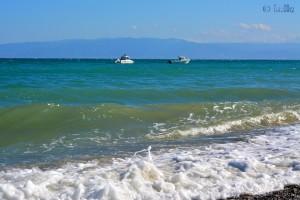 Zwei Boote ankern vor dem Strand von Trebisacce