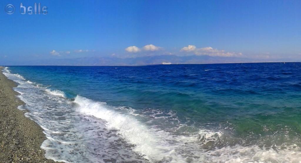 Sturm und Wellen am Strand von Pellaro mit Blick auf Sizilien