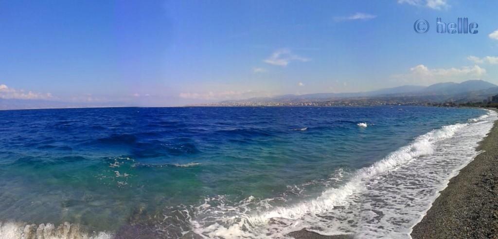 Sturm und Wellen am Strand von Pellaro mit Blick auf Reggio Calabria