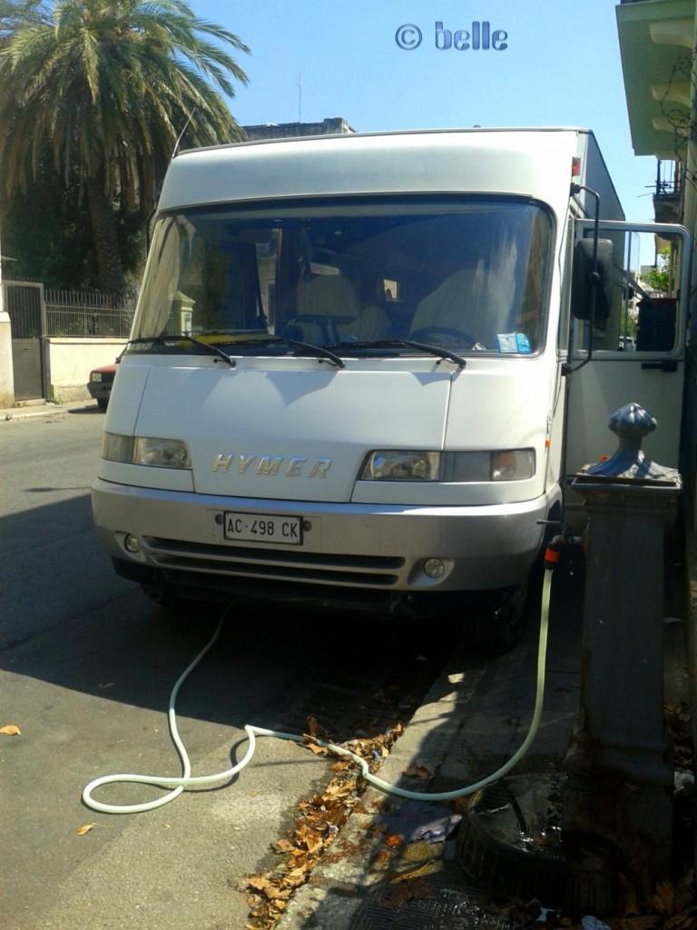 ...Wasser tanken an einem Brunnen in Reggio Calabria