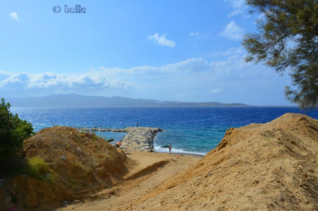Mittlerer und linker Strand von Porticello – im Hintergrund Sizilien
