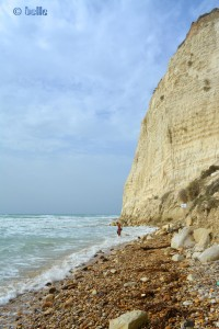 Baffo und Nicol vor dem imposanten Felsen am Ende des Strandes. ...wer findet Nicol???