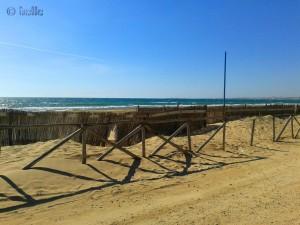 Jede Menge Flugsand in Borgorio Favara Beach - Santa Maria del Focallo – das war mal ein Steg zum Laufen! Trotz Windschutz – komplett zu mit Sand!