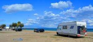 Unser Stellplatz am Strand von Agnone Bagni – dahinter der Ätna