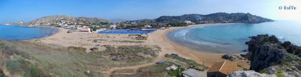 """Rechts ist die Bucht, an der wir stehen – das ganze """"Blau"""" in der Mitte ist kein grosser Swimming-Pool – das sind Umkleidekabinen (Bild in neuem Tab öffnen und man kann es in vollständiger Grösse sehen!)."""
