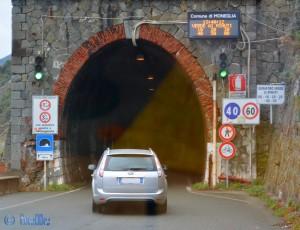 Passen wir hier durch? Wir versuchten es und kamen 3 Tunnel weit...
