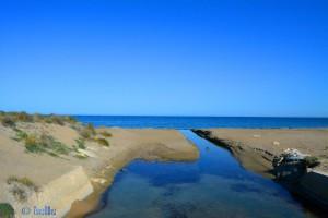 Kleiner Fluss am Strand von Dénia