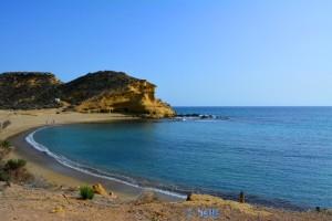 Playa la Carolina mit Höhlen