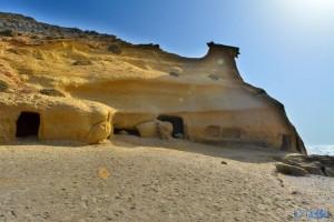 Höhlen im Fels von Playa la Carolina