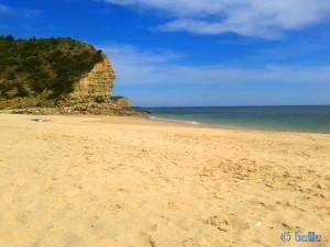 Relaxing at Praia da Boca do Rio nach einem Bad von nur 16,5°C