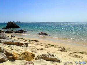 Praia da Figueirinha (kleine Bucht) bei Flut - Parque Natural da Arrábida, Portugal – View to Tróia