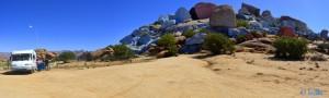 Wasser tanken an den blauen Felsen von Tafraoute - Marokko