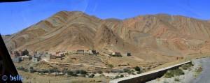 Ein kleines Bergdorf klebt an den Hängen der Berge - On the Road - Anti Atlas – Marokko