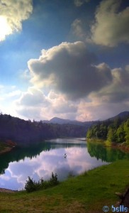 Lago di Pianfei - Via Boschi, 41, 12013 Pianfei CN, Italien – Panorama-Bild Hochformat – SmartPhone – 9:32 Uhr