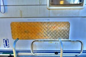 Die Aluminium-Platte verdeckt das Loch vom Unfall in Tanger