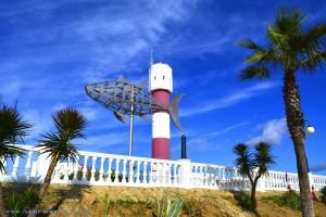 Leuchtturm von Barbate und Metall-Fisch am Puerto de Barbate – Spain