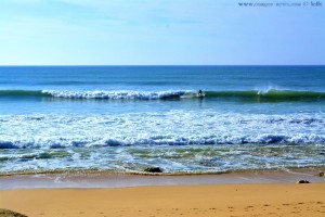 Surfer am Praia do Vale do Olival - Armação de Pêra – Portugal
