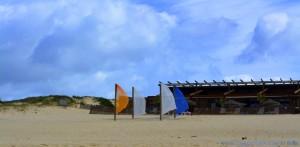 Die Fahnen tanzen noch immer wild im kalten Nord-Wind - Praia da Comporta - Portugal