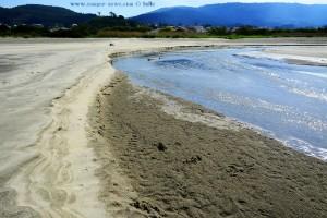 Der Río Cabanas wird hier am Strand vermutlich bald Vergangenheit sein - Praia de Afife – Portugal