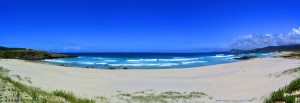 Praia de Santa Comba bei Flut – Spain