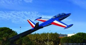 Flugzeug in einem Kreisverkehr bei Salon en Provence – France