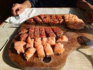 Lunch-Time! Bruschetta und jeder noch eine Scheibe Brot mit Räucherlachs drauf - leeeeeecker!