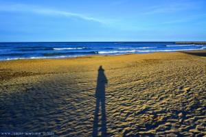 Lange Schatten am Platja L'Almadrava – Spain