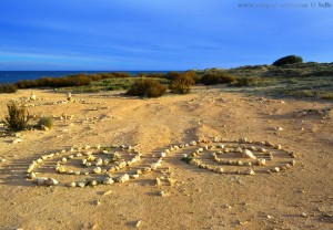 Kunst an den Steintürmen am Playa de Los Arenales del Sol – Spain