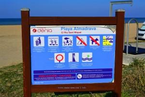 Auf der Infotafel übrigens Playa Almadrava → Platja L'Almadrava - Dénia – Spain