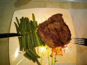Lecker Steaks mit grünen Butterbohnen