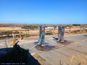 Wasser zapfen an den Fussduschen nahe Playa de Torre Derribada - Pedro del Pinatar – Spain