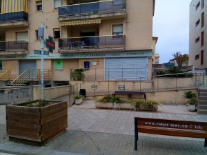 Warten dass die Apotheke öffnet in Calafell – Spain