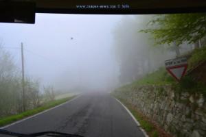 Voll der Nebel! Das Stoppschild kann man nicht erkennen! Auf der SP16 – Italy