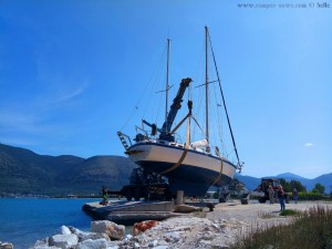 Ein grosses Segelboot wird ins Meer gehievt - Platariá – Greece