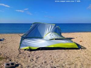 Nach dem zweiten Sturm noch ein bisschen mehr kaputt - Das Zelt am Tristínika Beach – Greece