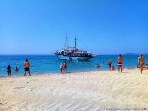 Das tägliche Schiff am Tristínika Beach – Greece