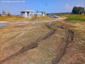 Der PKW fährt sich fest und hinterlässt tiefe Spuren - Ikismos Lefkes - Greece