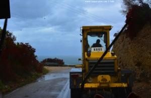 Strassen werden wieder aufgeräumt - nach dem Mittelmeer-Hurrikan Sorbas – Greece